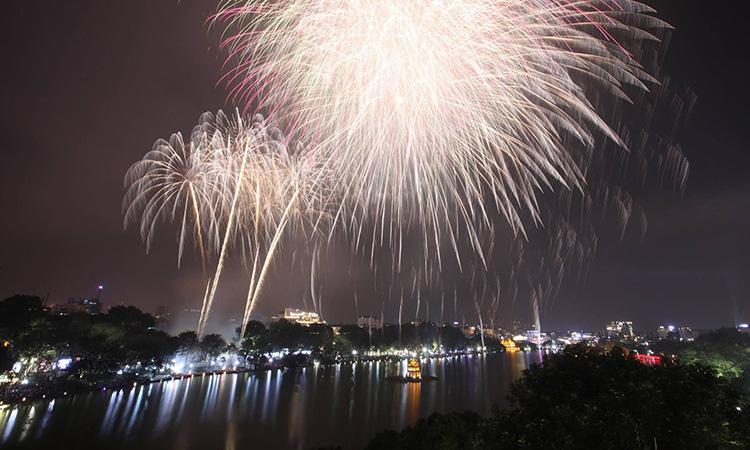 Nhà hàng quanh Hồ Gươm kín chỗ VIP xem pháo hoa Giao thừa - Ảnh 1.