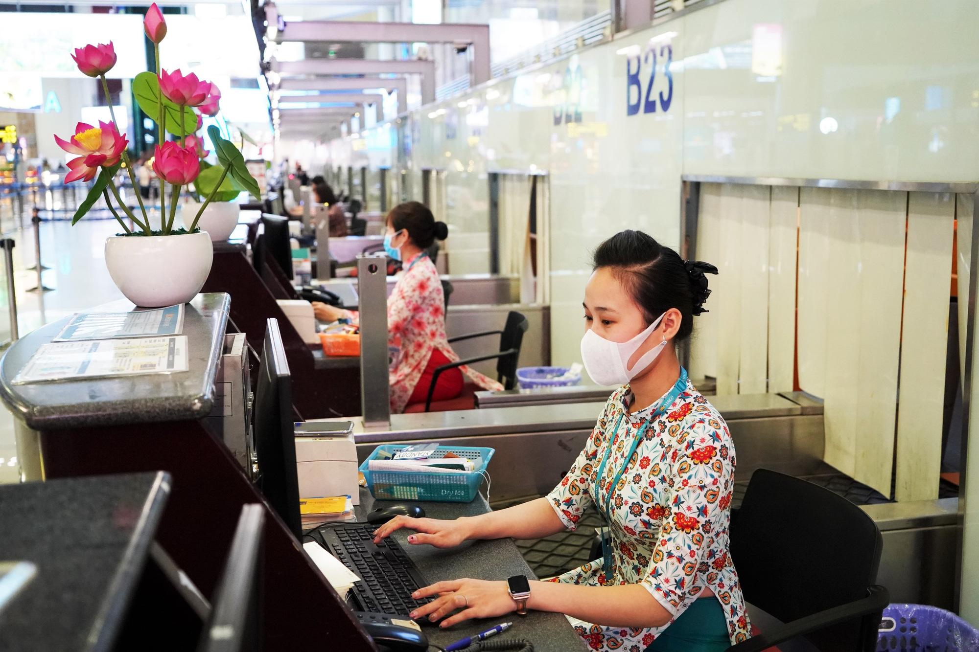 Lo dịch viêm phổi do virus corona, tiếp viên Vietnam Airlines đeo khẩu trang trên chuyến bay đến, đi từ Trung Quốc - Ảnh 1.