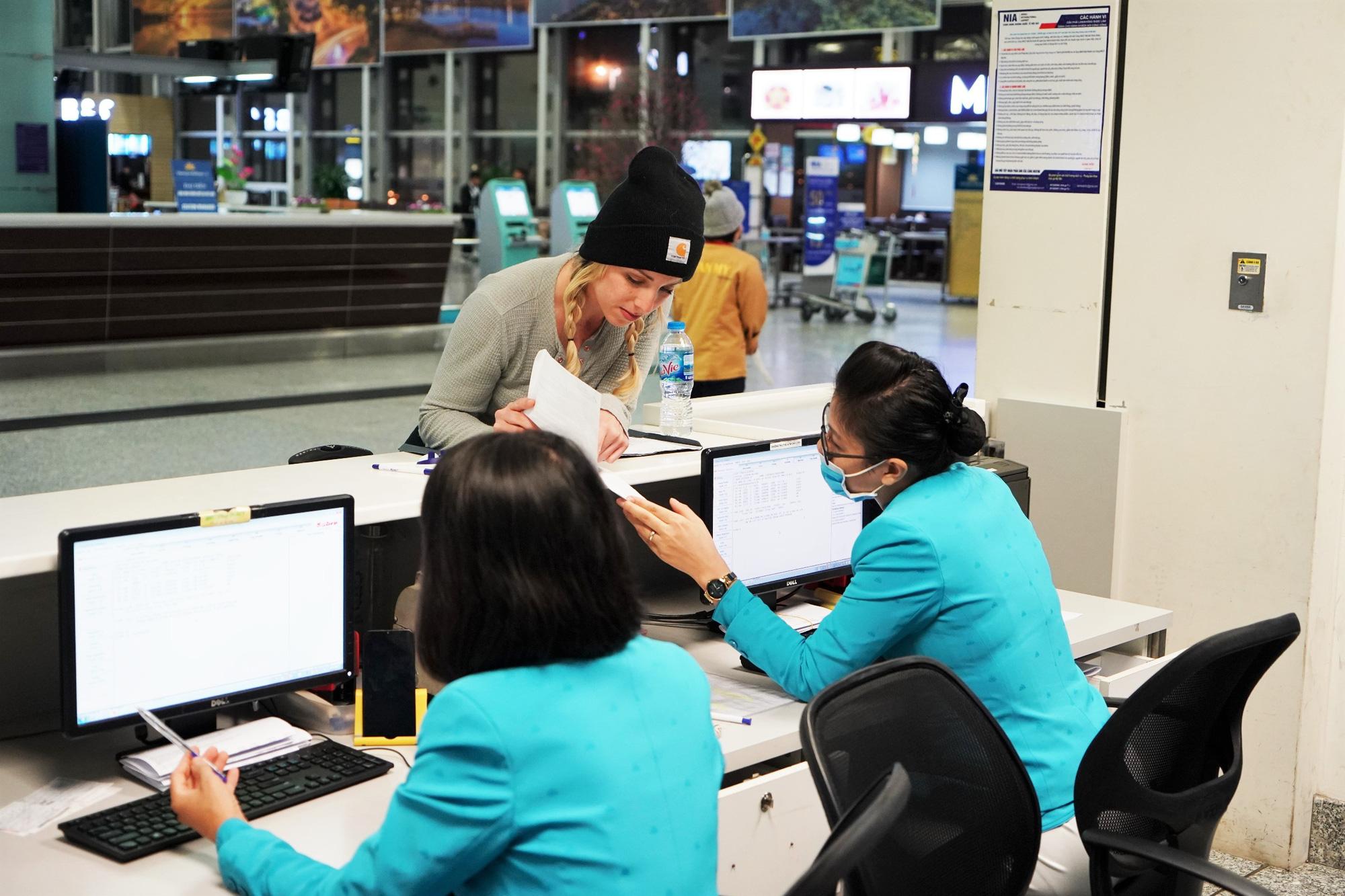 Đầu xuân kém vui với Vietnam Airlines: Lợi nhuận quí IV giảm 99%, nhiều đường bay bị dừng, cổ phiếu liên tục đi xuống - Ảnh 3.