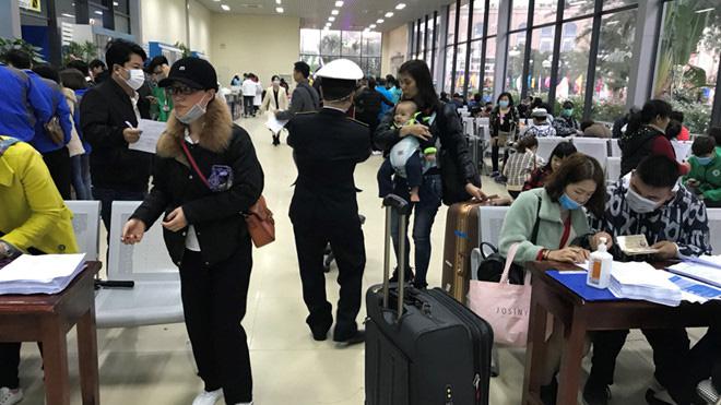 Lo ngại viêm phổi Vũ Hán, khách Trung Quốc nhập cảnh qua Móng Cái giảm hẳn - Ảnh 1.