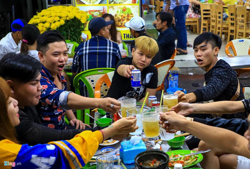 Người dân đổ về Vũng Tàu, quán nhậu kín khách đến nửa đêm - Ảnh 6.
