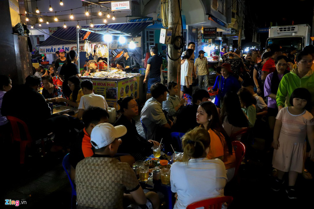 Người dân đổ về Vũng Tàu, quán nhậu kín khách đến nửa đêm - Ảnh 2.
