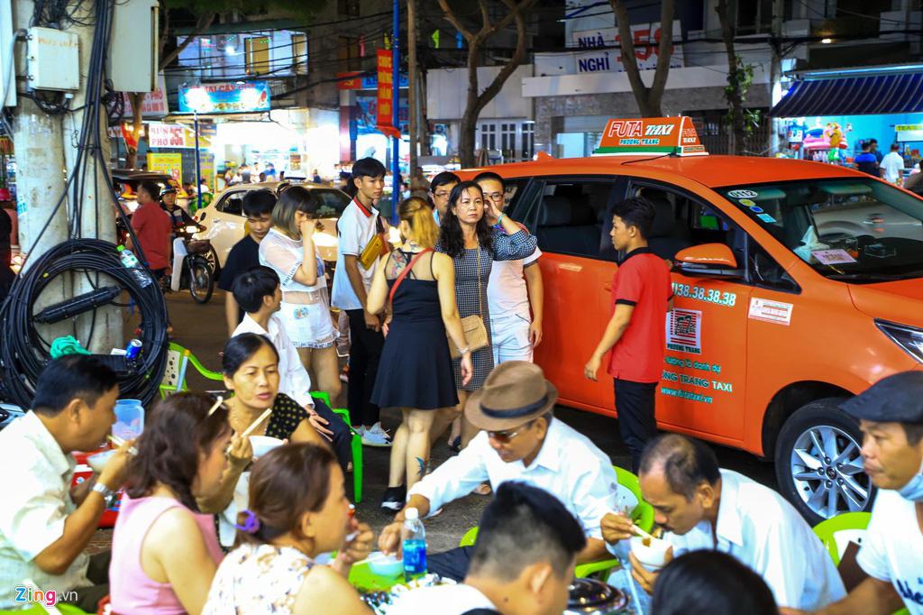 Người dân đổ về Vũng Tàu, quán nhậu kín khách đến nửa đêm - Ảnh 3.