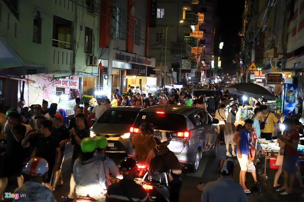 Người dân đổ về Vũng Tàu, quán nhậu kín khách đến nửa đêm - Ảnh 1.