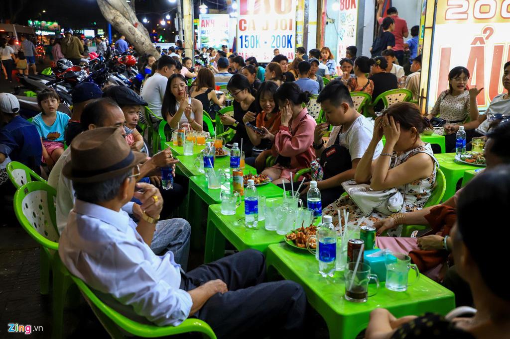 Người dân đổ về Vũng Tàu, quán nhậu kín khách đến nửa đêm - Ảnh 7.