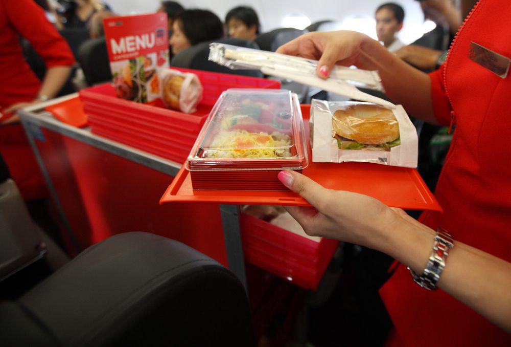 Hãng hàng không giá rẻ muốn mở 100 cửa hàng đồ ăn nhanh: Toan tính sai lầm của AirAsia? - Ảnh 1.