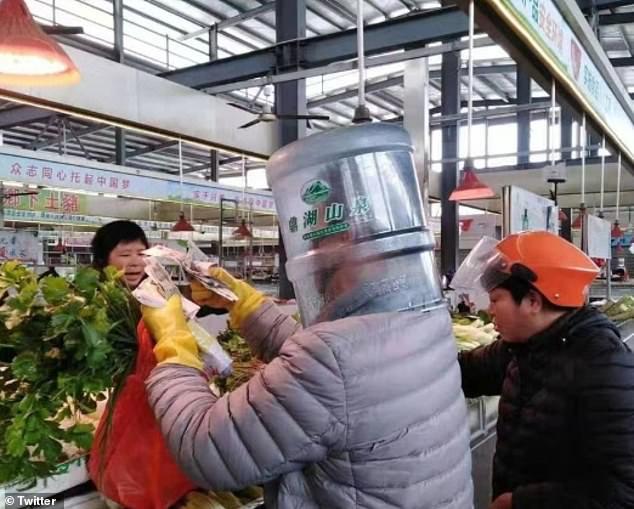 Khẩu trang y tế khan hiếm, du khách Trung Quốc chấp nhận đội thùng nhựa, trùm túi nilon lên đầu - Ảnh 6.