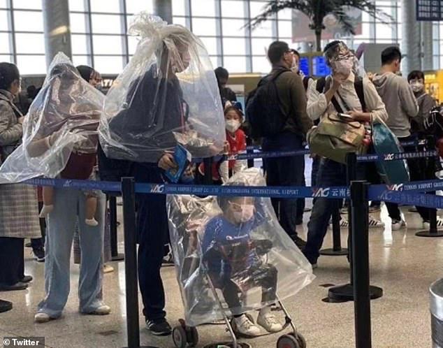 Khẩu trang y tế khan hiếm, du khách Trung Quốc chấp nhận đội thùng nhựa, trùm túi nilon lên đầu - Ảnh 5.