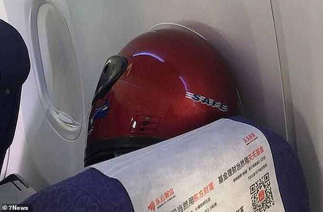 Khẩu trang y tế khan hiếm, du khách Trung Quốc chấp nhận đội thùng nhựa, trùm túi nilon lên đầu - Ảnh 4.