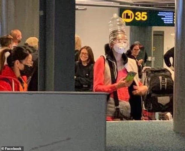 Khẩu trang y tế khan hiếm, du khách Trung Quốc chấp nhận đội thùng nhựa, trùm túi nilon lên đầu - Ảnh 3.