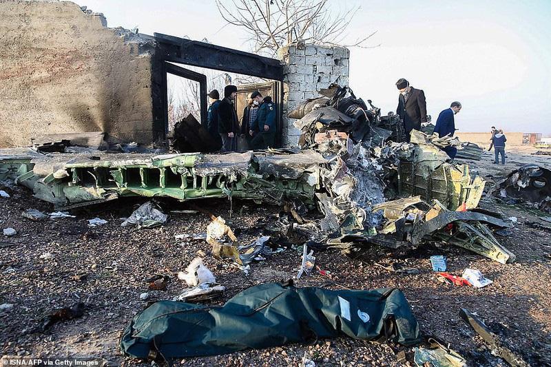 Hiện trường thảm khốc máy bay Ukraine chở 176 người rơi ở Iran - Ảnh 1.
