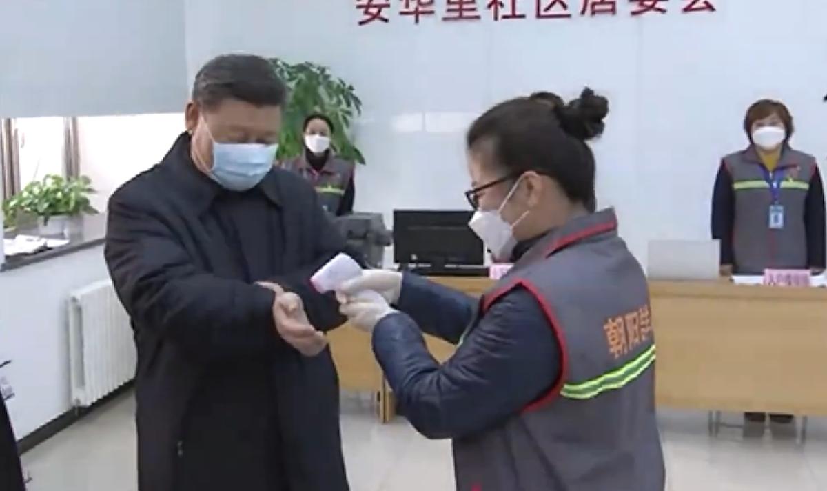 Chủ tịch Tập Cận Bình đeo khẩu trang đến thăm một trung tâm phòng dịch virus corona ở Bắc Kinh - Ảnh 1.