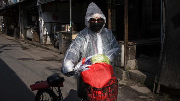 Bắc Kinh và Thượng Hải phòng dịch corona: Bắt buộc 44 triệu dân đeo khẩu trang khi ra ngoài, đóng cửa các khu giải trí - Ảnh 1.