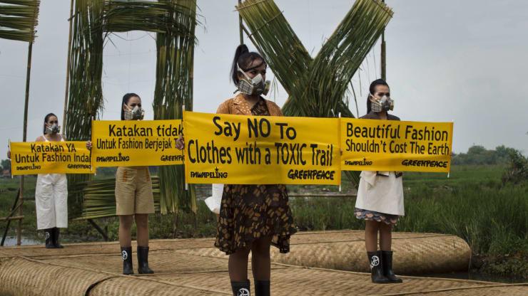 Qui mô tới 2.500 tỉ USD, ngành thời trang đang lạc lối trước nhu cầu mua quần, áo bền vững của giới trẻ - Ảnh 1.