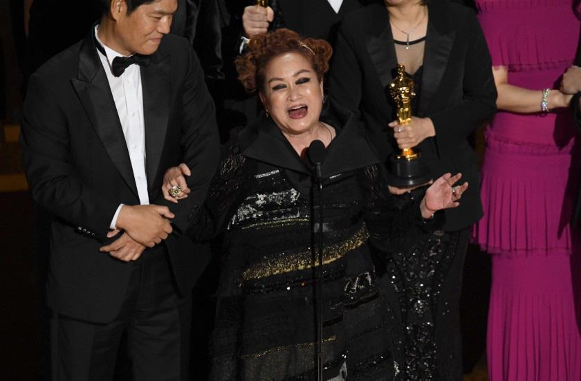 Miky Lee, nhà sản xuất đứng sau thành công vang dội của siêu phẩm Ký sinh trùng, phát biểu tại đêm trao giải Oscar 2020. Ảnh: Getty Images