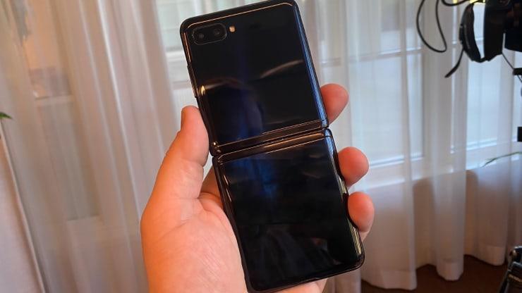 Samsung ra mắt dòng smartphone màn hình gập, giá thấp hơn 30% so với năm trước, mở bán đúng ngày Valentine - Ảnh 2.