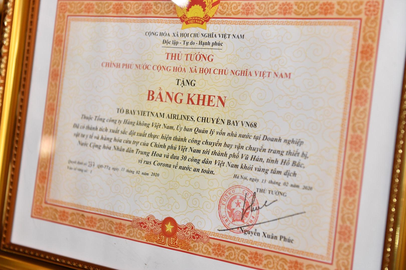 Trao bằng khen của Thủ tướng cho tổ bay Vietnam Airlines tới Vũ Hán đưa đồng bào về nước - Ảnh 2.