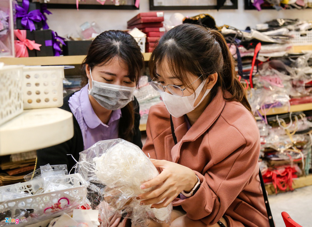 Sinh viên nghỉ học, quà Valentine phủ nylon chờ khách trong mưa - Ảnh 7.