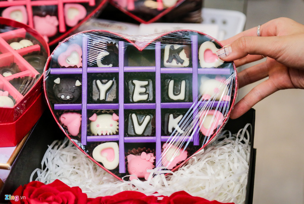 Sinh viên nghỉ học, quà Valentine phủ nylon chờ khách trong mưa - Ảnh 6.