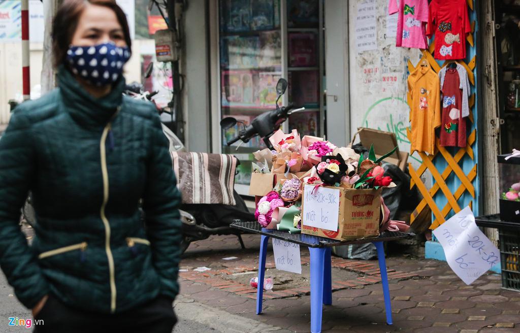 Sinh viên nghỉ học, quà Valentine phủ nylon chờ khách trong mưa - Ảnh 1.