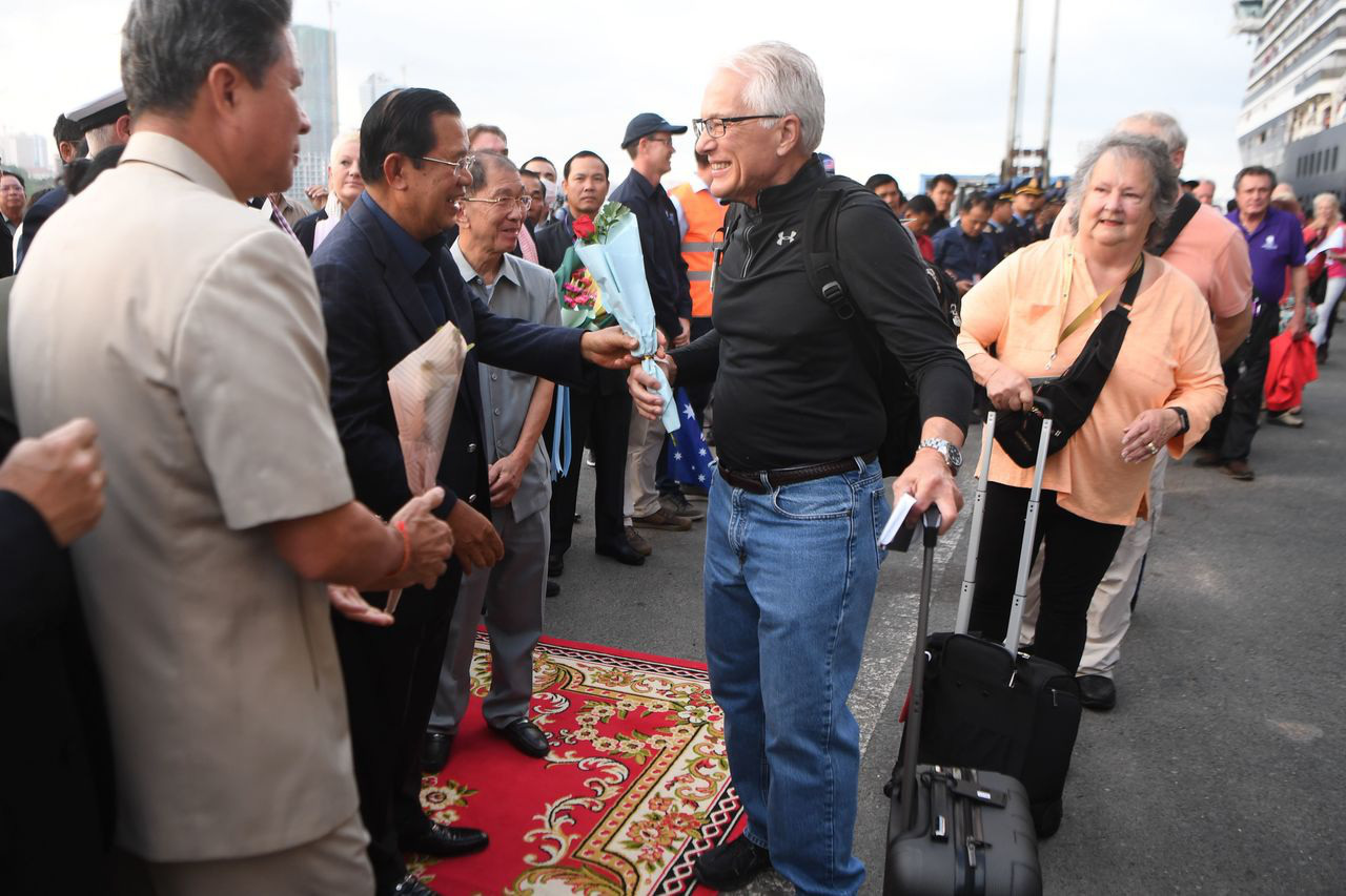 Khẩn cấp truy tìm hơn 1.000 hành khách trên du thuyền cập cảng ở Campuchia - Ảnh 2.