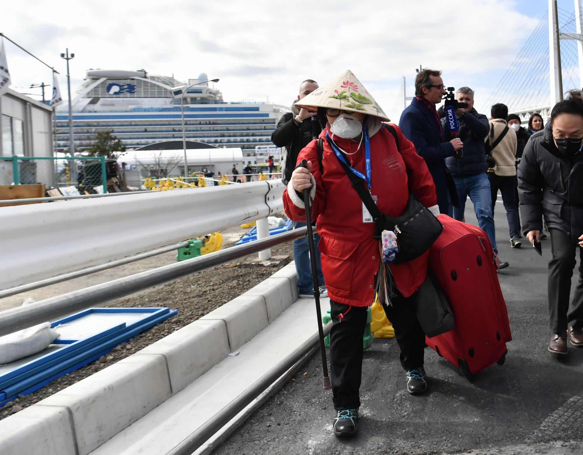 Nikkei: Gần 3.000 hành khách trên ổ dịch Diamond Princess bắt đầu rời tàu từ hôm nay (19/2) - Ảnh 1.