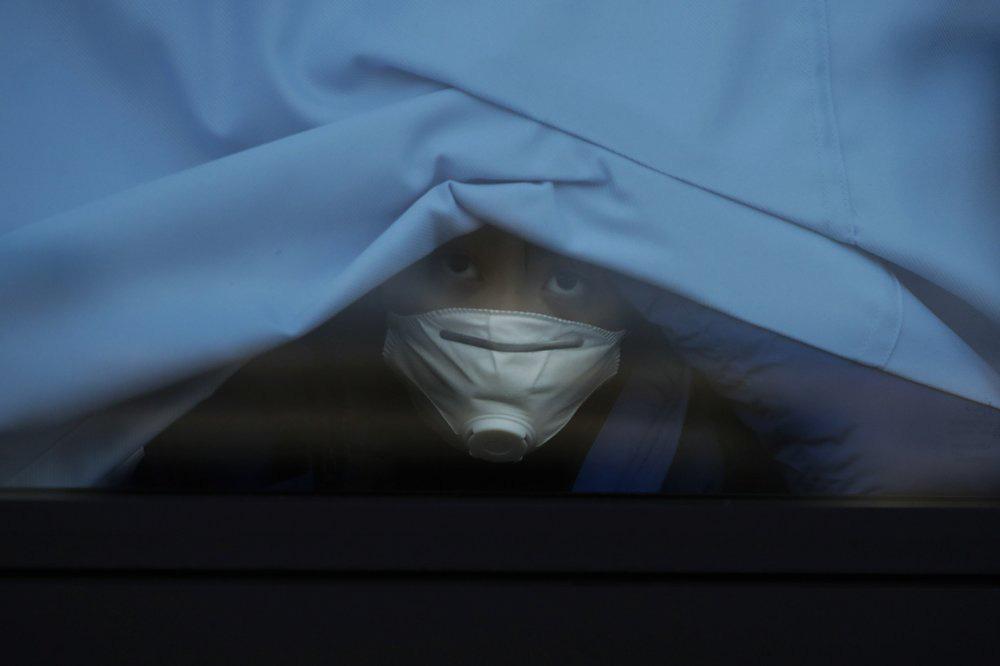 Thanh tra y tế Vũ Hán đến hang cùng ngõ hẻm tìm ca nhiễm virus corona - Ảnh 5.
