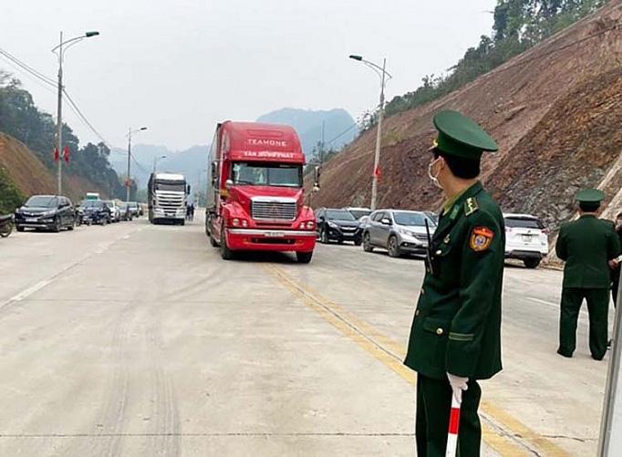 Cửa khẩu Tân Thanh thông quan, lượng hàng xuất khẩu khá chậm - Ảnh 1.