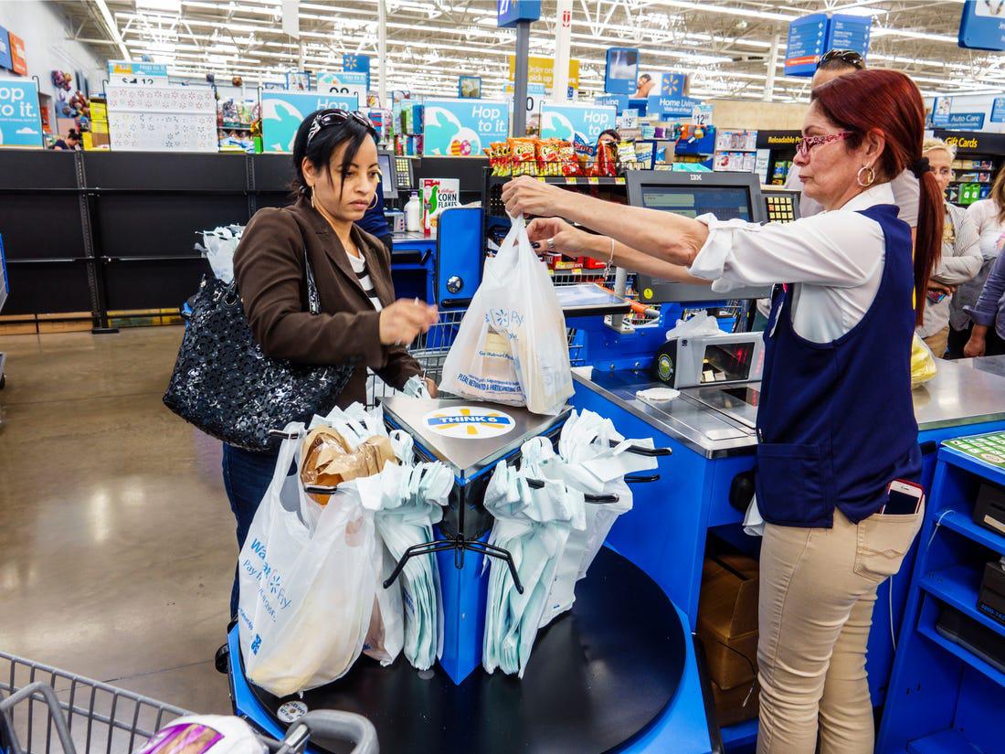 Thay đổi cách mua túi đựng hàng, Walmart tiết kiệm hàng chục triệu USD - Ảnh 1.