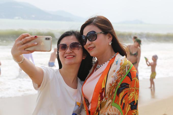 Biển Nha Trang đông khách nước ngoài - Ảnh 2.