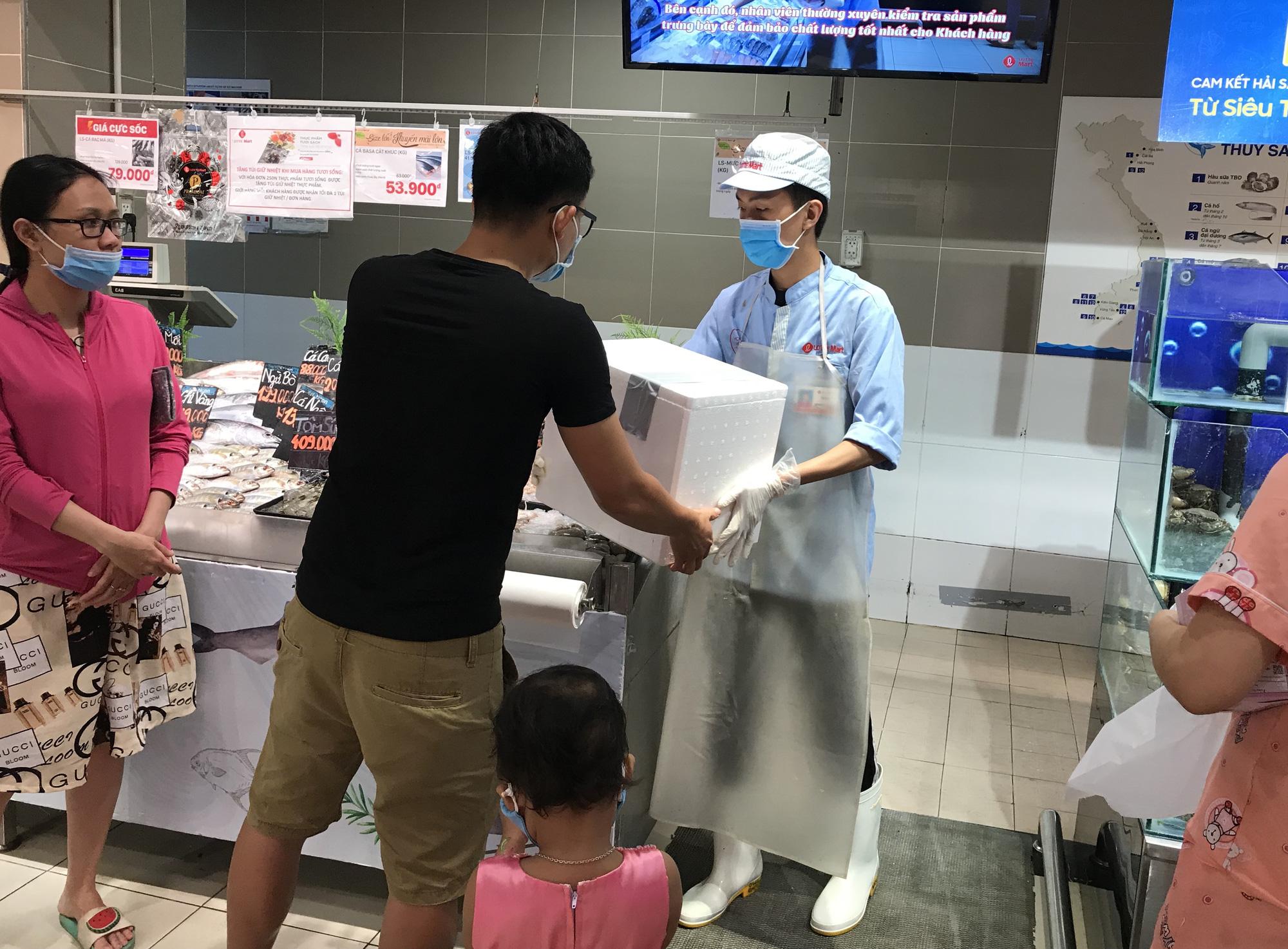 Cận cảnh giải cứu tôm hùm ở Sài Gòn, mới 9h sáng đã hết sạch, có siêu thị chế biến miễn phí cho khách ngay tại chỗ - Ảnh 13.