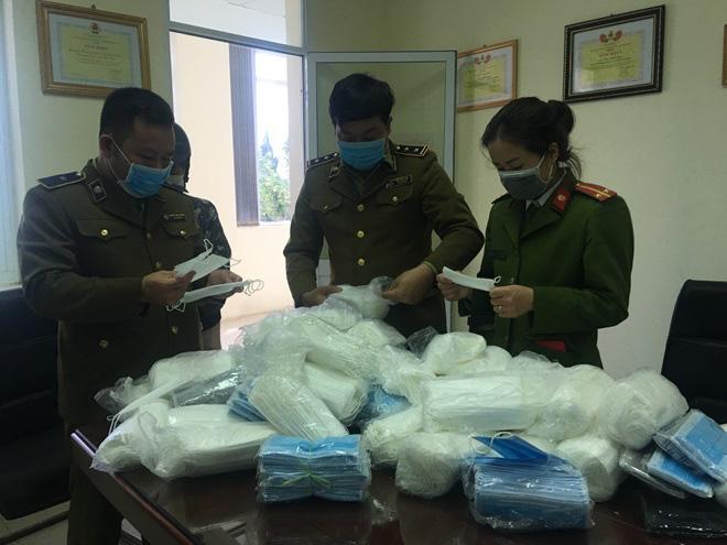 Phát hiện số lượng lớn khẩu trang y tế 'tuồn' sang Campuchia - Ảnh 1.