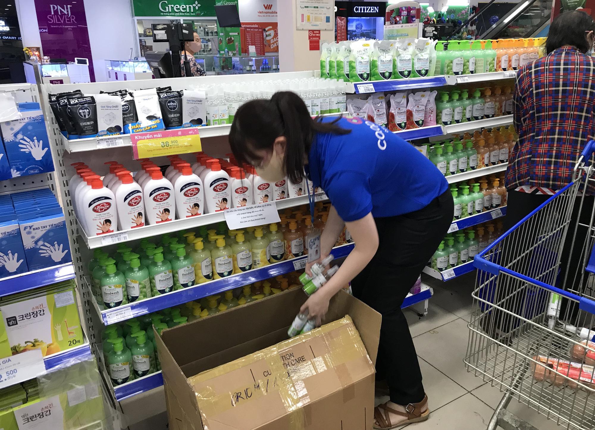 Nước rửa tay, gel sát khuẩn khô phòng virus corona đầy ắp tại siêu thị, đang giảm giá sâu - Ảnh 9.