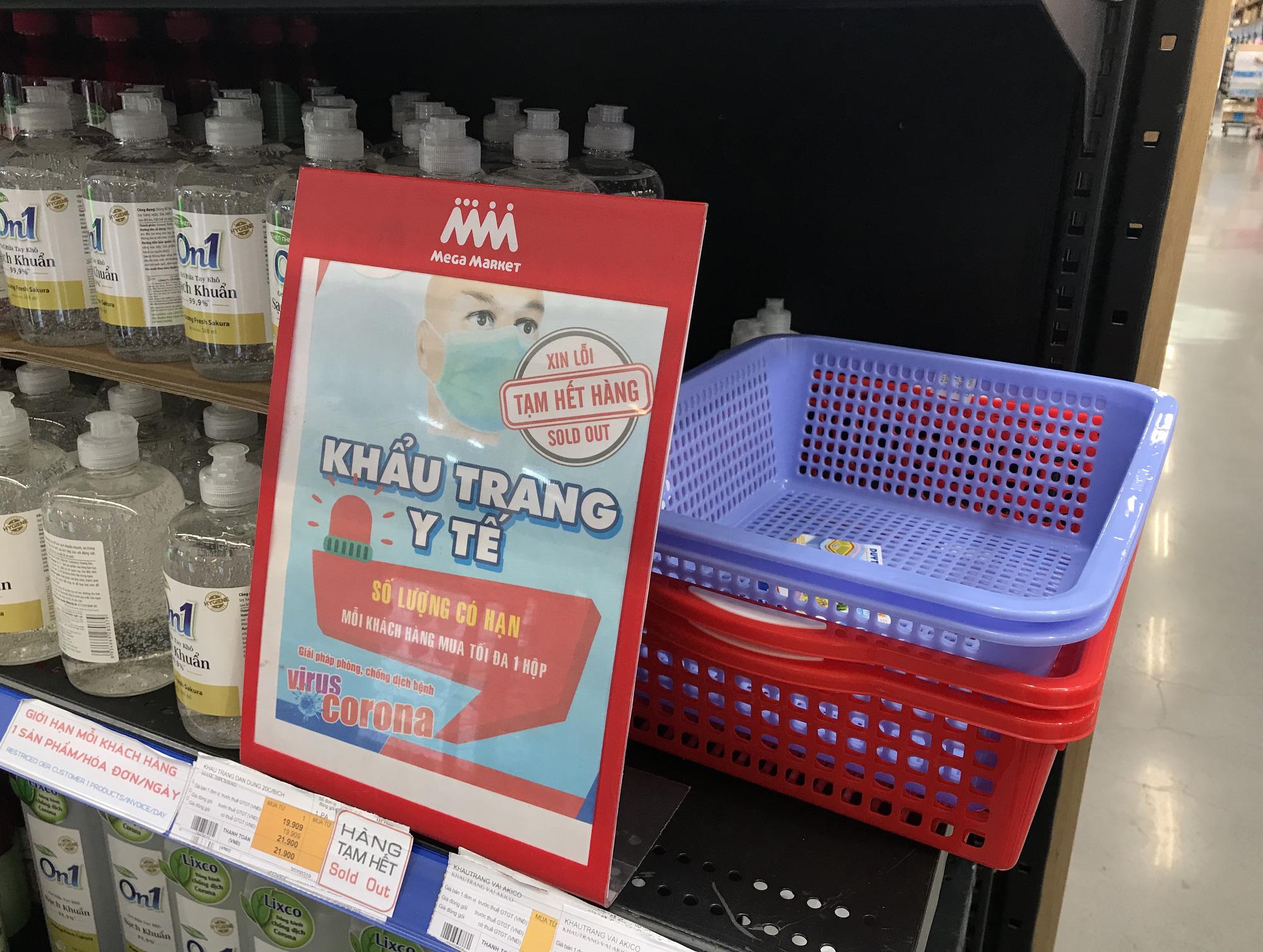 Nước rửa tay, gel sát khuẩn khô phòng virus corona đầy ắp tại siêu thị, đang giảm giá sâu - Ảnh 15.