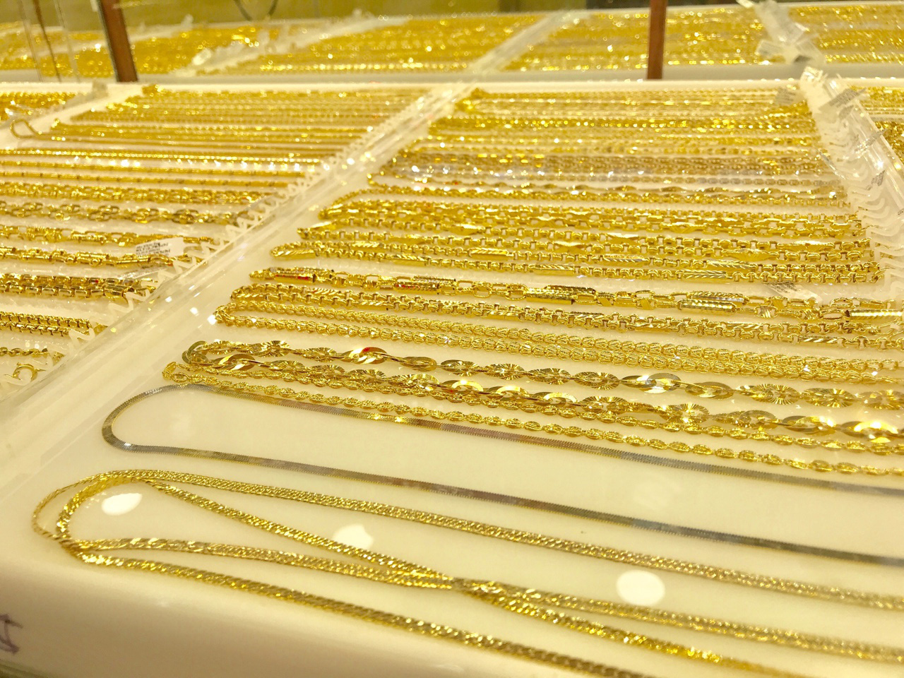 Giá vàng thế giới đang hướng trở lại mức cao kỉ lục của 7 năm - Ảnh 2.
