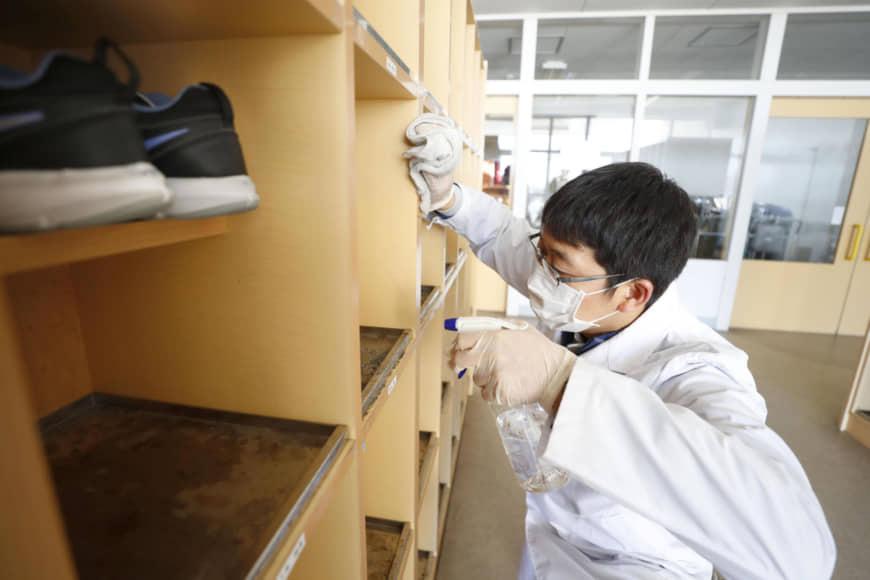 Thủ tướng Nhật Bản yêu cầu đóng cửa toàn bộ trường học đến hết tháng 3 để tập trung dập dịch virus corona - Ảnh 2.