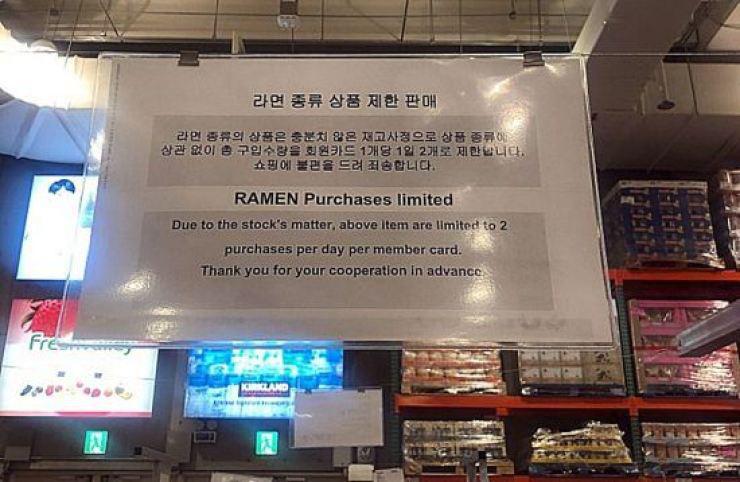 Sợ virus corona lan rộng, dân Hàn Quốc vơ vét mì ăn liền khiến siêu thị phải quy định mỗi người chỉ mua 2 gói - Ảnh 2.