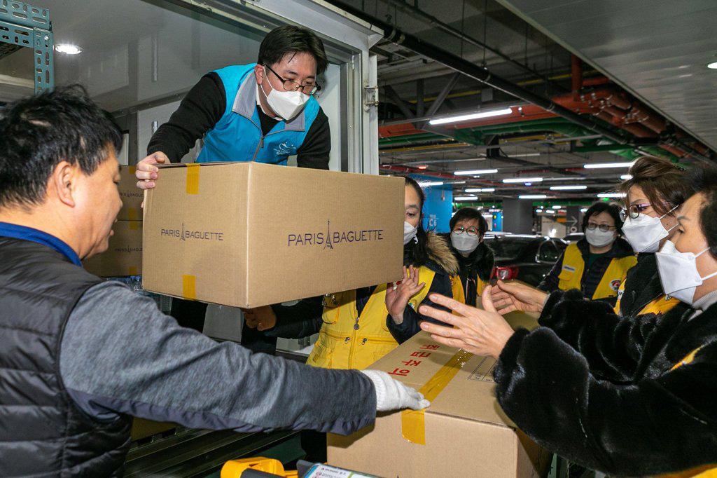 Hàn Quốc chung tay chống dịch virus corona: Các chaebol quyên góp hàng chục tỉ won, công ty khác ủng hộ 600.000 bánh mì, giảm tiền thuê mặt bằng, hiến máu nhân đạo - Ảnh 1.