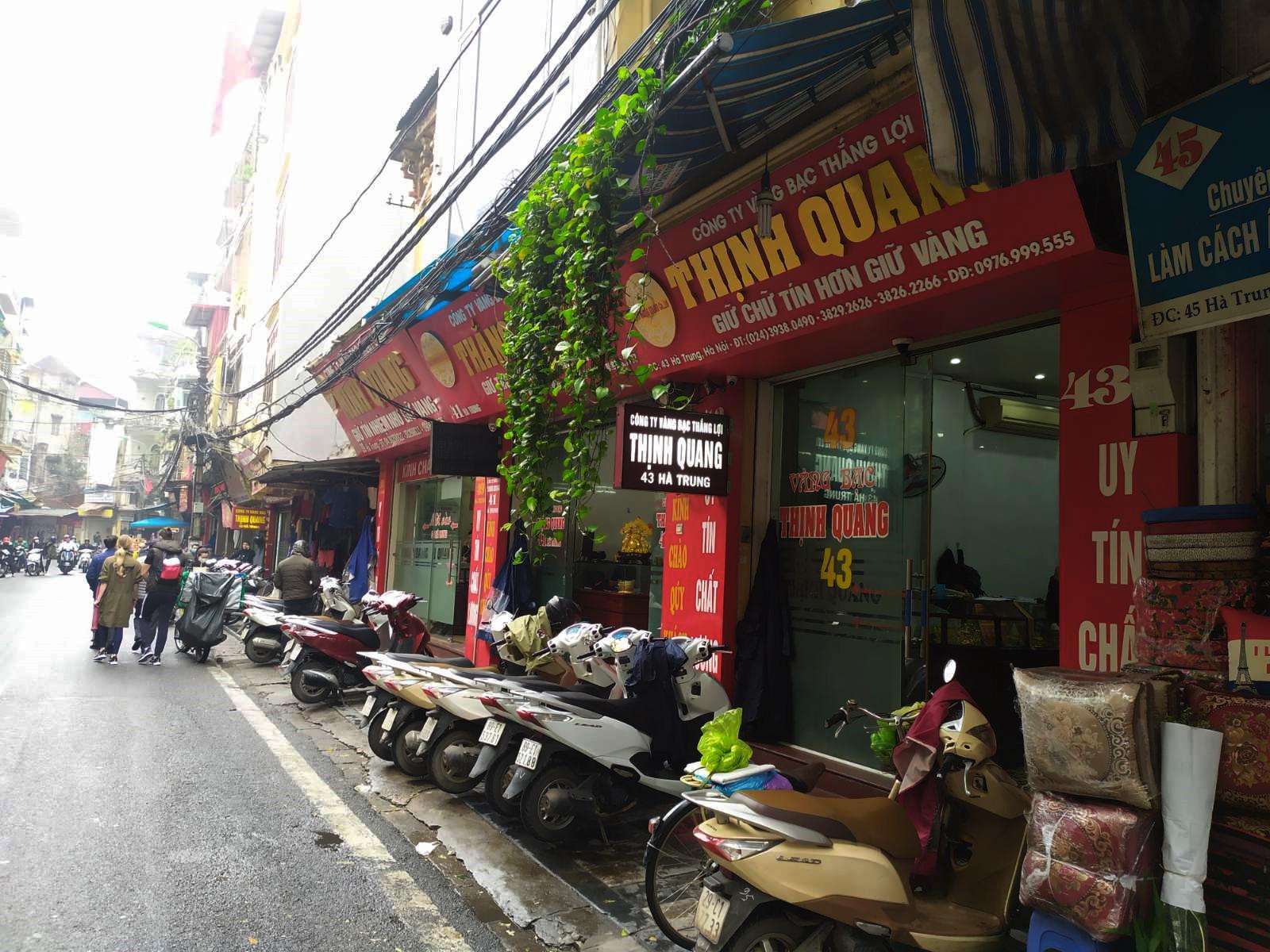 Nhiều cửa hàng vàng tại Hà Nội đìu hiu ngày vía Thần Tài - Ảnh 1.
