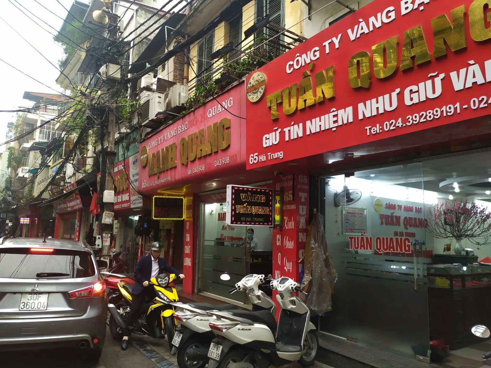 Nhiều cửa hàng vàng tại Hà Nội đìu hiu ngày vía Thần Tài - Ảnh 5.