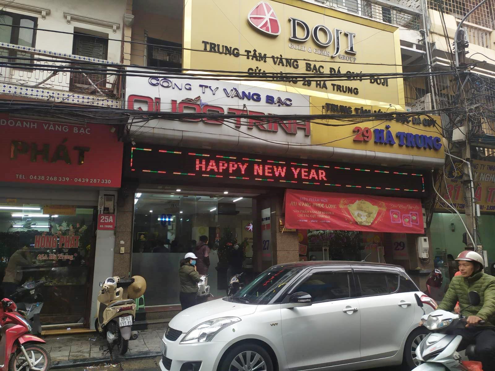 Nhiều cửa hàng vàng tại Hà Nội đìu hiu ngày vía Thần Tài - Ảnh 9.