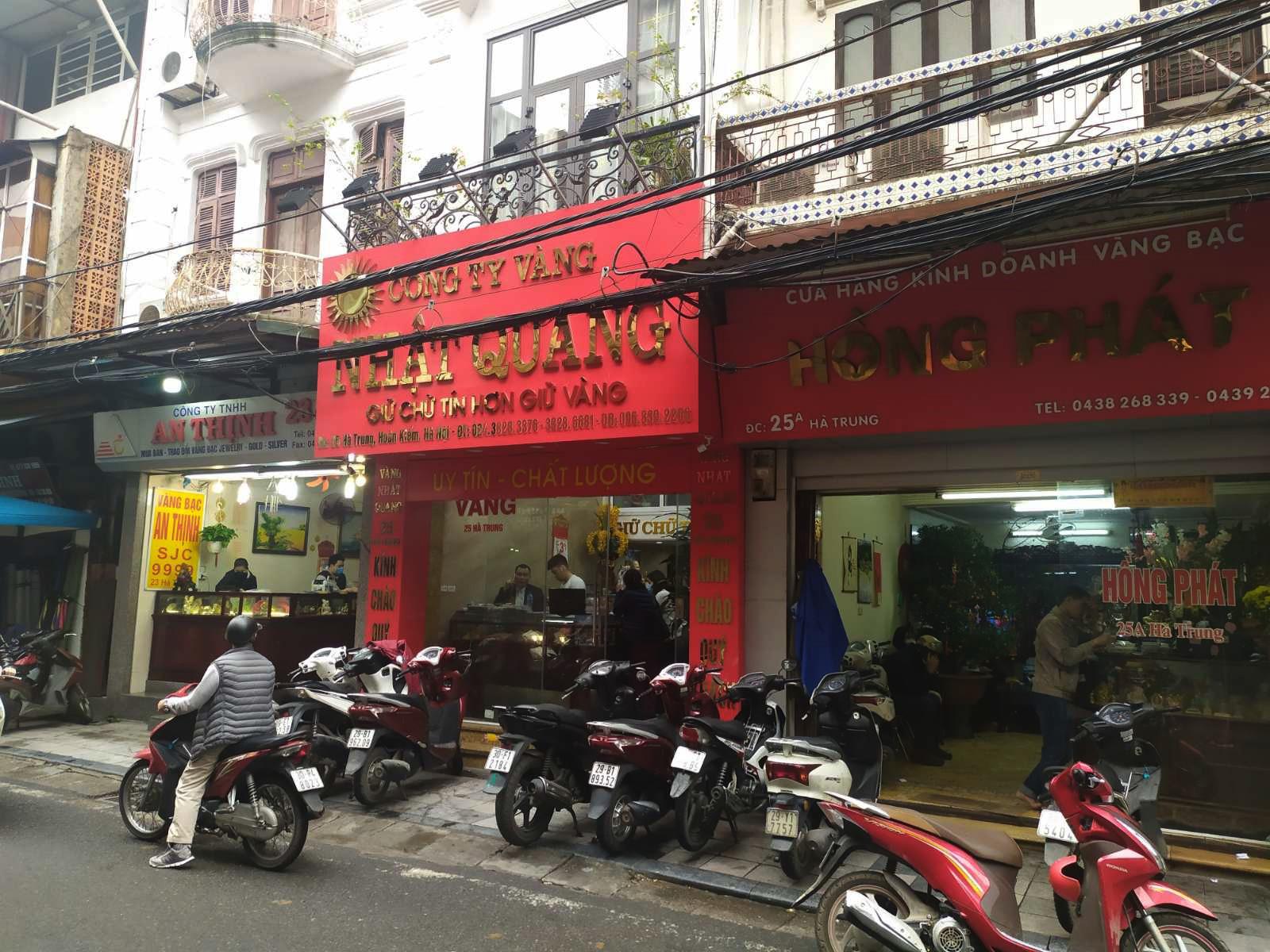 Nhiều cửa hàng vàng tại Hà Nội đìu hiu ngày vía Thần Tài - Ảnh 7.