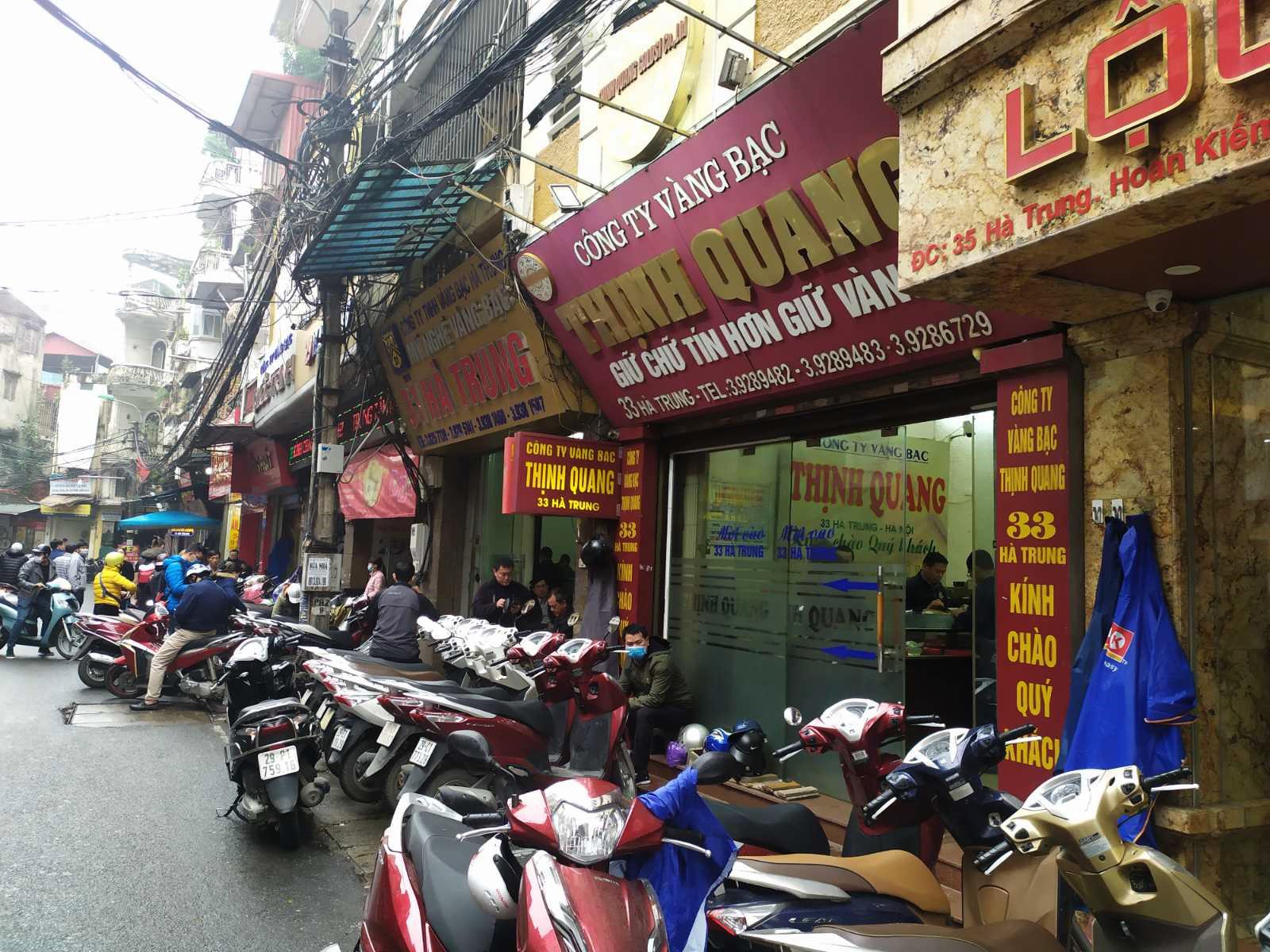 Nhiều cửa hàng vàng tại Hà Nội đìu hiu ngày vía Thần Tài - Ảnh 8.