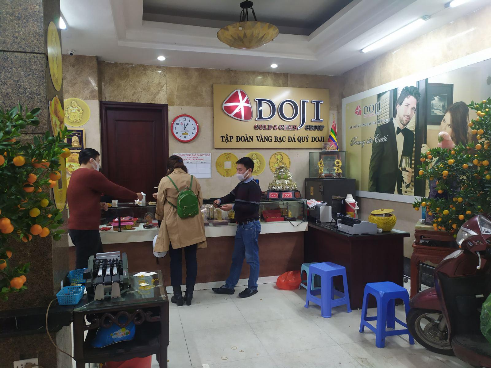 Nhiều cửa hàng vàng tại Hà Nội đìu hiu ngày vía Thần Tài - Ảnh 11.