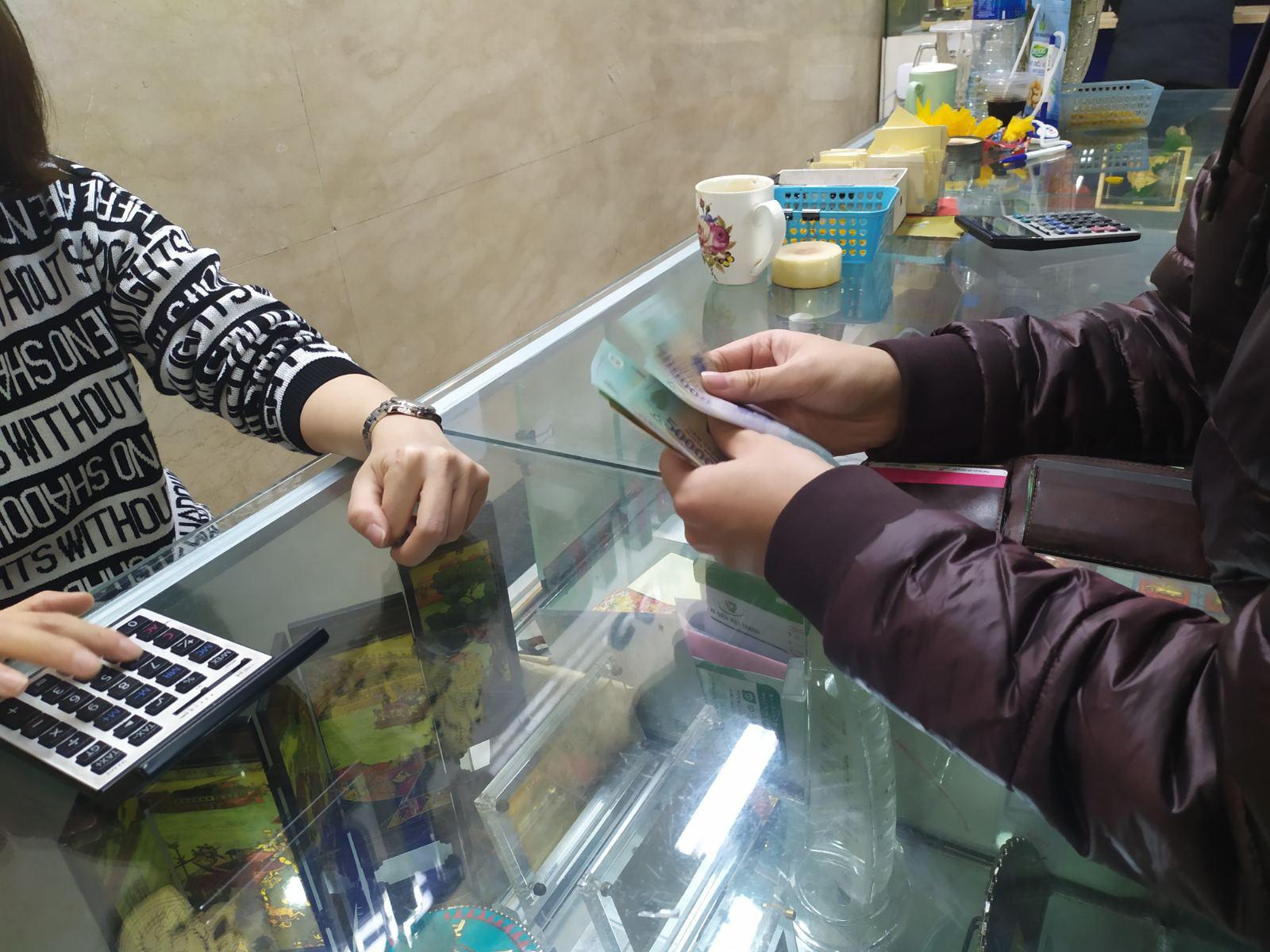 Nhiều cửa hàng vàng tại Hà Nội đìu hiu ngày vía Thần Tài - Ảnh 12.