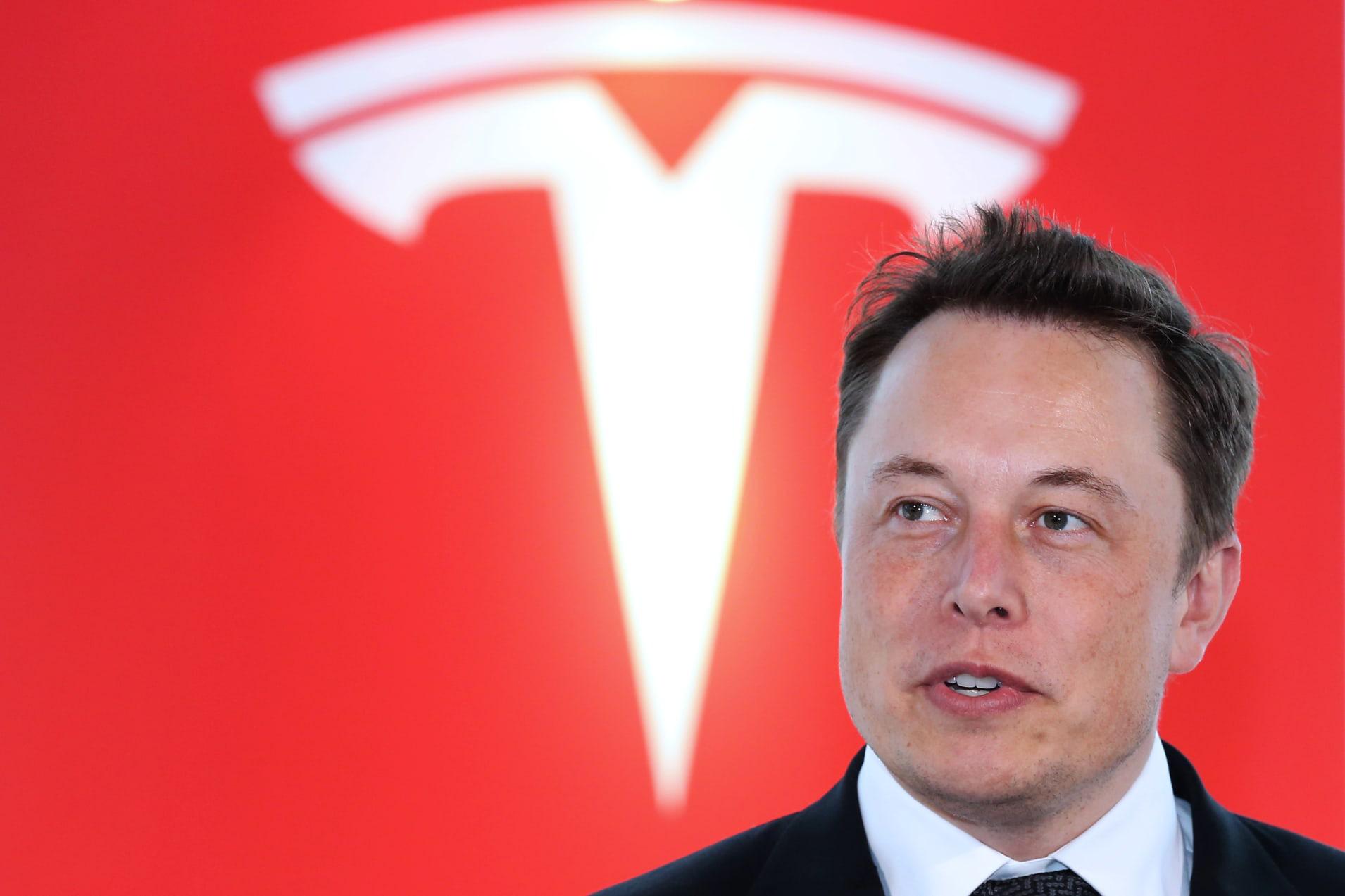 Vì sao cổ phiếu Tesla tăng sốc 20%, làm đội bán khống mất gần 2,5 tỉ USD trong một phiên? - Ảnh 1.