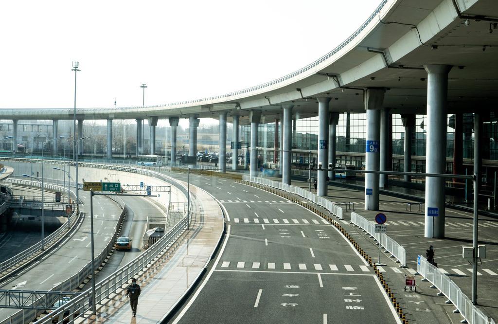 Sau Vũ Hán, Bắc Kinh cũng vắng bóng vì dịch virus corona - Ảnh 1.