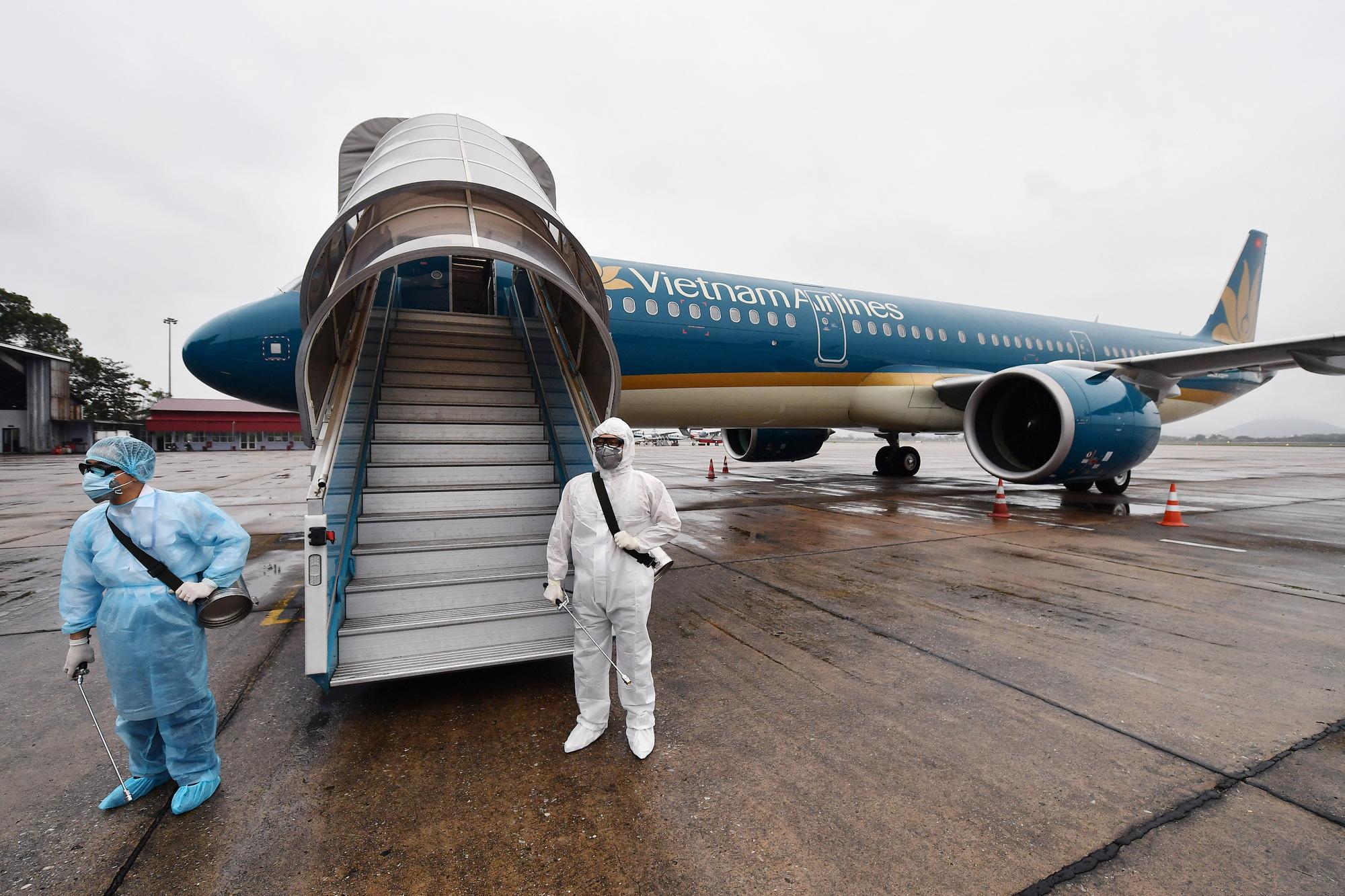 [Ảnh+Clip] Vietnam Airlines khử trùng máy bay phòng dịch virus corona - Ảnh 4.