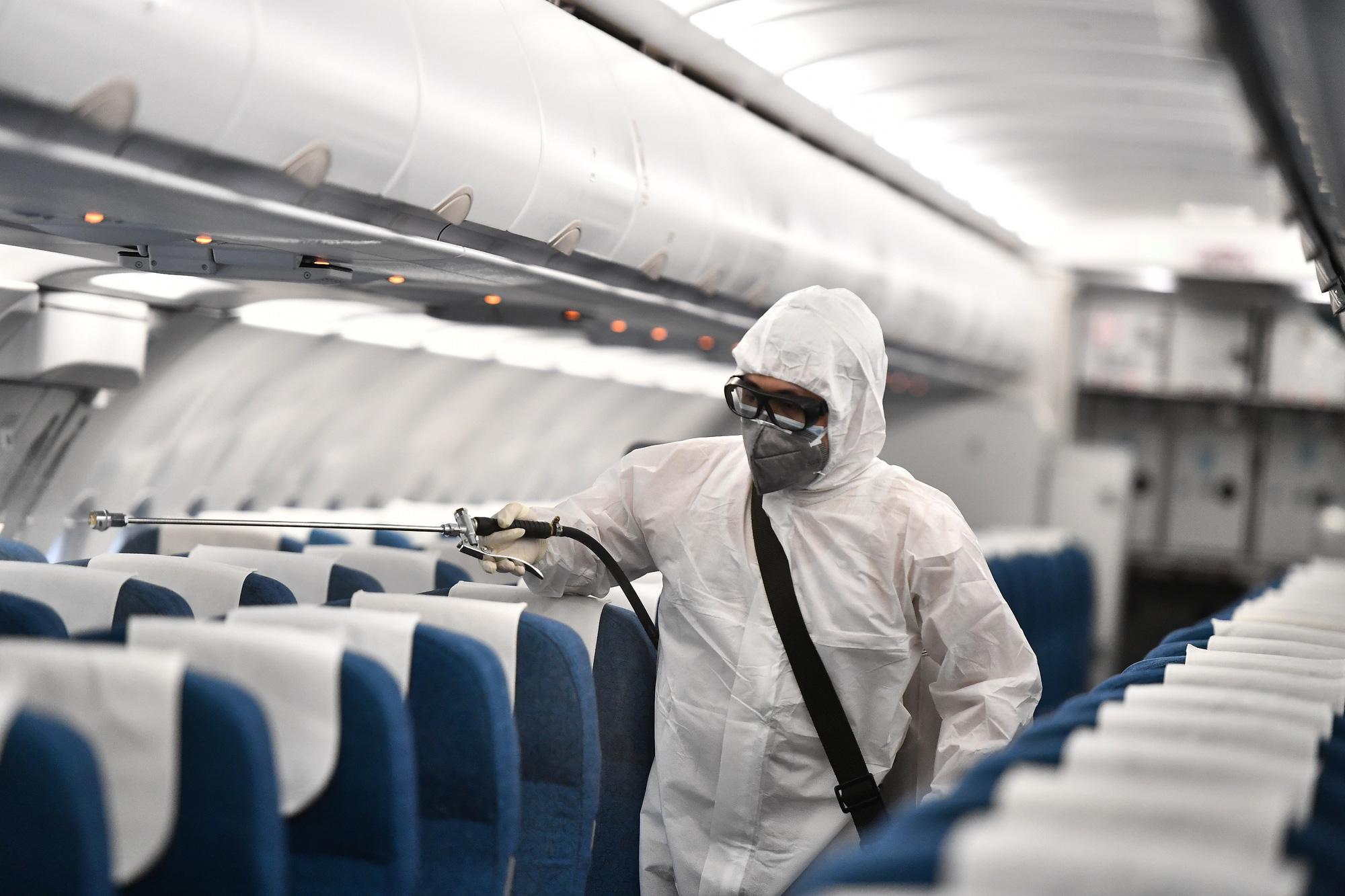 [Ảnh+Clip] Vietnam Airlines khử trùng máy bay phòng dịch virus corona - Ảnh 7.