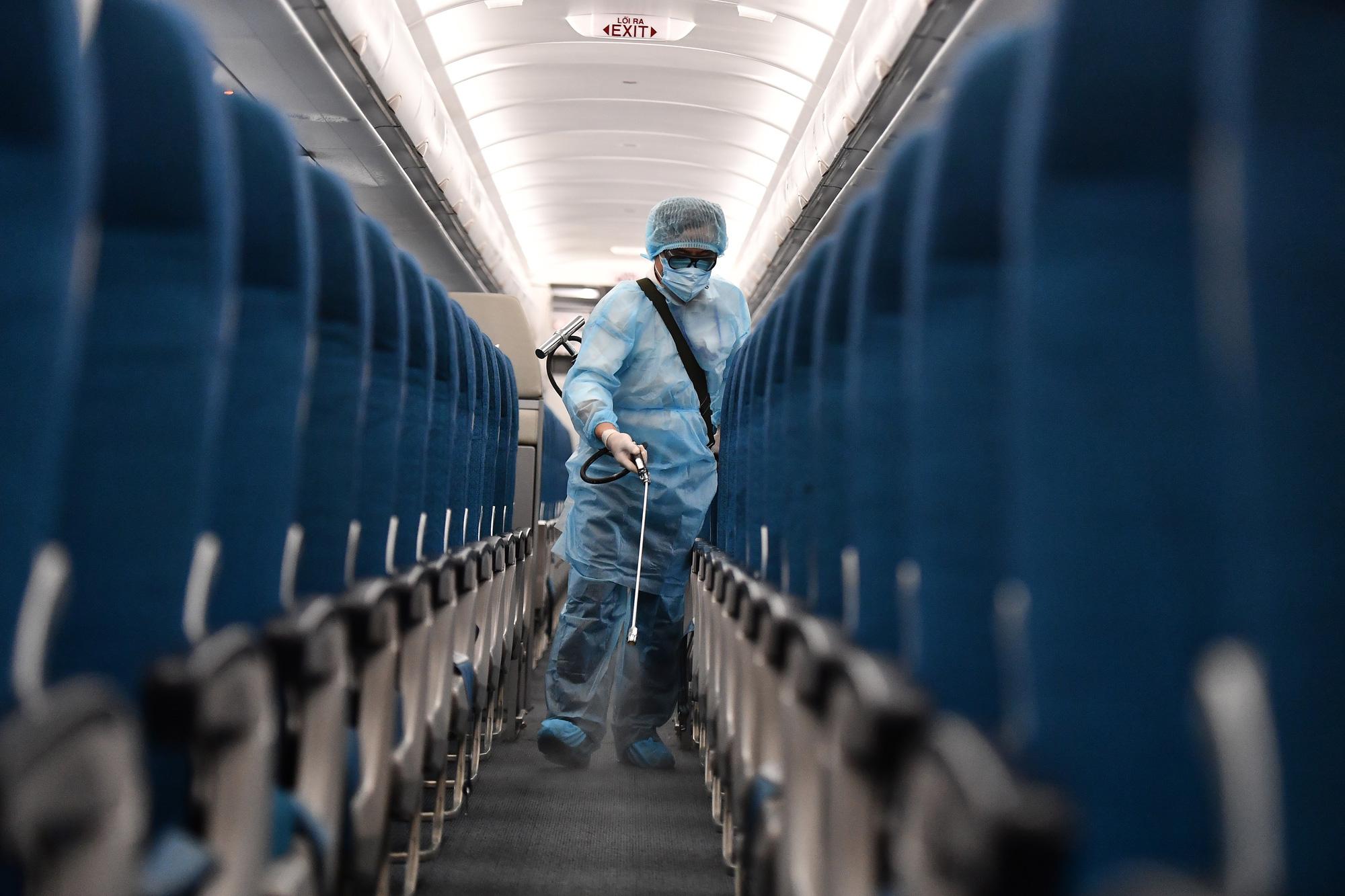 [Ảnh+Clip] Vietnam Airlines khử trùng máy bay phòng dịch virus corona - Ảnh 1.